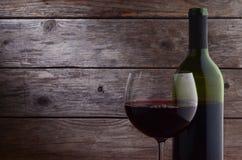 Röd vinglas och flaska Arkivbilder