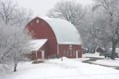 röd vinter för ladugård Arkivfoto