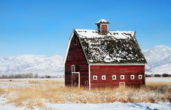 röd vinter för ladugård royaltyfri bild