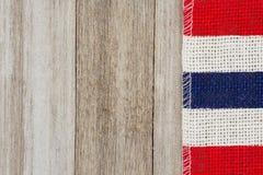 Röd, vit- och blåttsäckvävband på riden ut wood bakgrund arkivfoton