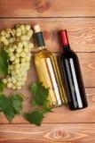 röd vit wine för flaskgruppdruvor Royaltyfri Fotografi