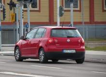 Röd Volkswagen Golf bil i Stockholm Fotografering för Bildbyråer