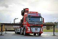Röd Volvo FMlastbil som utrustas med den tunga kranen Royaltyfria Bilder
