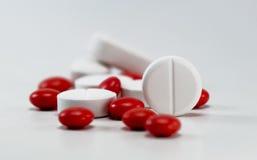 röd white för pills Arkivbilder