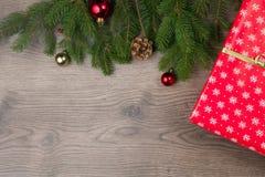 Röd wraping gåva med julträdet Royaltyfri Foto