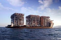 RÖD ZED 2 som för jätte- skurkroll-elevator skepp ankras i den Algeciras fjärden Arkivbilder