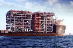 RÖD ZED 2 som för jätte- skurkroll-elevator skepp ankras i den Algeciras fjärden Royaltyfri Foto