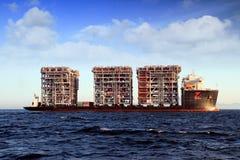 RÖD ZED 2 som för jätte- skurkroll-elevator skepp ankras i den Algeciras fjärden Arkivfoton
