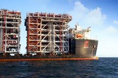 RÖD ZED 2 som för jätte- skurkroll-elevator skepp ankras i den Algeciras fjärden Royaltyfri Fotografi