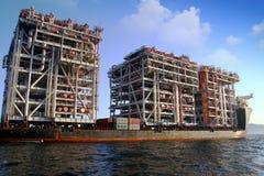 RÖD ZED 2 som för jätte- skurkroll-elevator skepp ankras i den Algeciras fjärden Royaltyfria Bilder