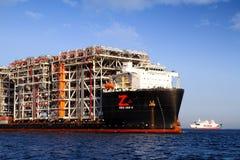 RÖD ZED 2 som för jätte- skurkroll-elevator skepp ankras i den Algeciras fjärden Arkivbild