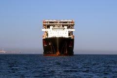 RÖD ZED 2 som för jätte- skurkroll-elevator skepp ankras i den Algeciras fjärden Royaltyfri Bild