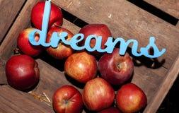 Röda äpplen i en ask för en familj skördar fruktsaft Arkivfoton