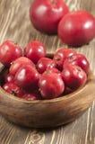 Röda äpplen i en timmerbunke Arkivfoton