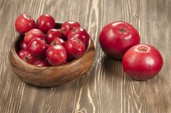 Röda äpplen i en timmerbunke Royaltyfria Foton