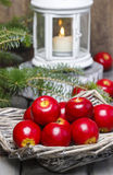 Röda äpplen i korg Traditionell julinställning Arkivfoton