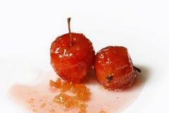 Röda äpplen i rossirap Arkivfoto