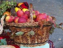 Röda äpplen i träkorg Arkivfoton