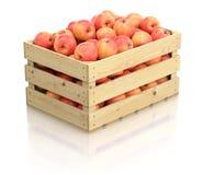Röda äpplen i träspjällådan Arkivbilder