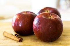 Röda äpplen med droppar av vatten Royaltyfri Fotografi