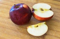 Röda äpplen med droppar av vatten Arkivbild