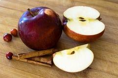 Röda äpplen med droppar av vatten Arkivfoton