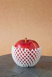 Röda äpplen med skyddande förpacka på stengolv Fotografering för Bildbyråer