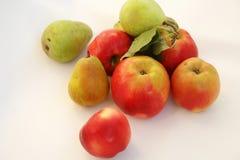 Röda äpplen och gröna päron fotografering för bildbyråer