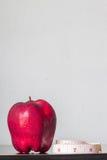 Röda äpplen på bordlägga Royaltyfria Bilder