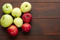 Röda äpplen på den lantliga trätabellen Royaltyfria Bilder