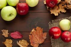 Röda äpplen på den lantliga trätabellen Fotografering för Bildbyråer
