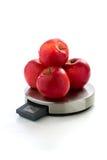 Röda äpplen på digitalt kökfjäll Arkivbilder