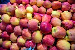 Röda äpplen på tabellen Arkivfoto