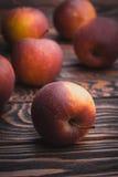 Röda äpplen på trätabellen, selektiv fokus Royaltyfri Bild