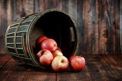 Röda äpplen på Wood Grungebakgrund Arkivbild