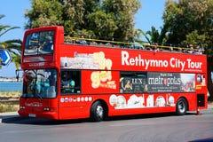 Röda överträffade öppna turnerar bussen, Rethymno Royaltyfri Bild
