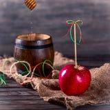 Röda Apple och en trumma med honung Royaltyfria Foton