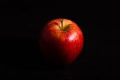 Röda Apple på svart bakgrund Arkivfoto