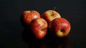 Röda Apple på svart bakgrund Royaltyfri Bild