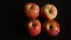 Röda Apple på svart bakgrund Arkivbilder