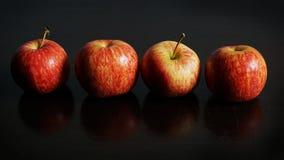 Röda Apple på svart bakgrund Arkivfoton