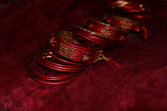 Röda armringar Arkivfoto