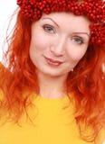 Röda bär för skönhetkvinna på hennes huvud royaltyfria bilder