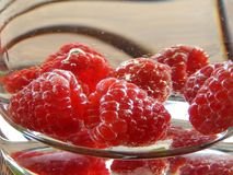 Röda bär i en karaff Fotografering för Bildbyråer