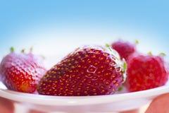 Röda bärjordgubbar på en platta Royaltyfri Foto