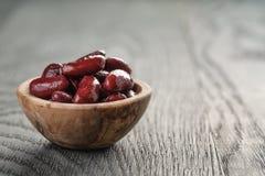 Röda bönor från canen i den wood bunken royaltyfri bild