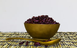 Röda bönor i brun kopp Arkivfoto