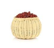 Röda bönor i korgen som isoleras på vit bakgrund Arkivfoto
