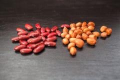 Röda bönor och jordnötter på träbakgrund fotografering för bildbyråer