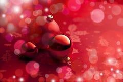 röda bakgrundsjulprydnadar Royaltyfria Bilder